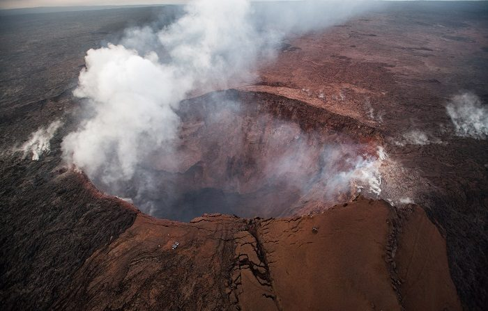 El volcán de Hawái vuelve a registrar una erupción explosiva Vista aérea del volcán Kilauea en Hawái, Estados Unidos, ayer, 16 de mayo de 2018. EFE/Bruce Omori/paradise Helicopters