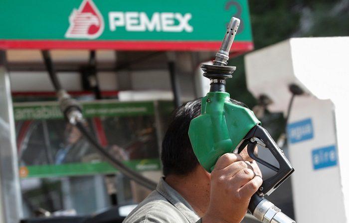 Sobornos de Odebrecht coinciden con gran contrato con Pemex, dice ONG Un hombre trabaja en una estación de gasolina en Ciudad de México. EFE/Archivo