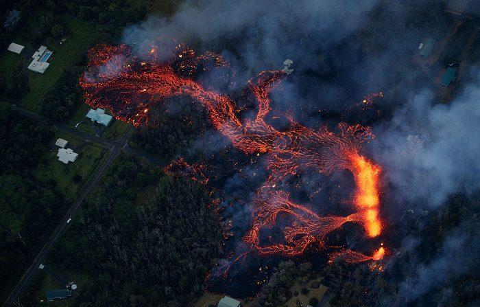 El volcán Kilauea de Hawái vuelve a registrar una erupción explosiva Fotografía tomada el pasado 6 de mayo en la que se registró el recorrido de la lava expulsada por el volcán Kilauea, tras una de sus erupciones. Este volcán volvió a explotar tras varios días de continuos terremotos de magnitud 5 en la zona. EFE/Archivo