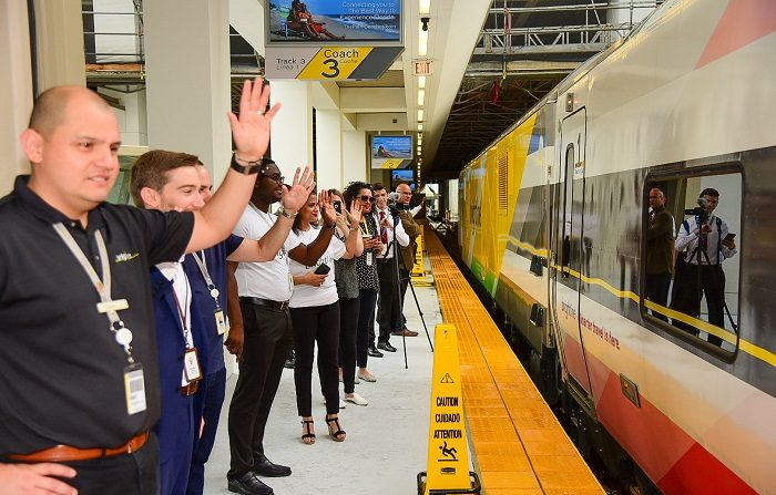 Fotografía cedida por Brightline, que muestra la llegada del primer tren de alta velocidad en Miami (Estados Unidos) hoy, sábado 19 de mayo de 2018. EFE/Brightline/SOLO USO EDITORIAL/NO VENTAS