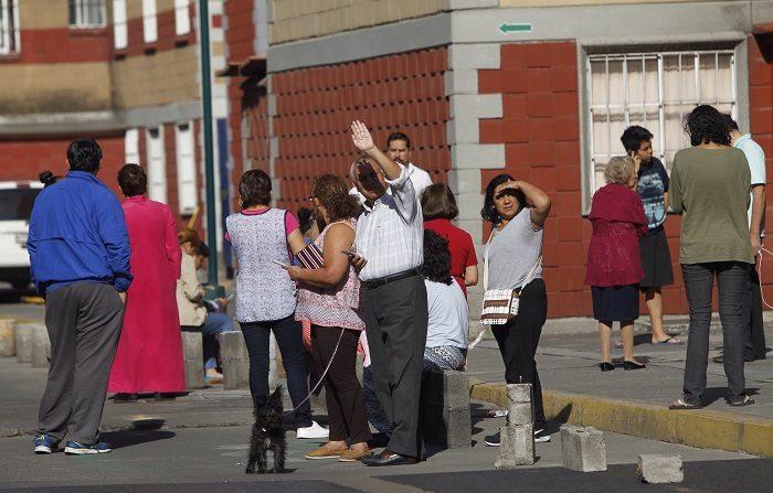 Un seísmo de magnitud 5,1 en el sur de México dispara la alerta sísmica Personas desalojan sus viviendas en Ciudad de México tras un sismo de 5,6. EFE/Archivo