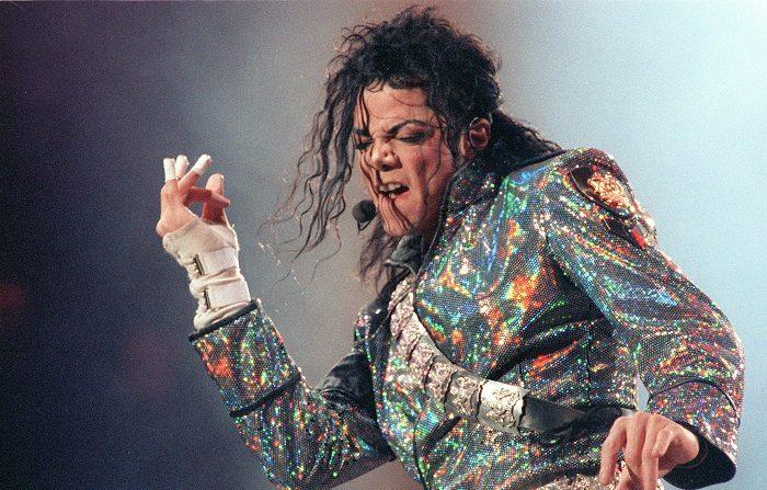 Científicos explican cómo Michael Jackson logró desafiar la gravedad El cantante estadounidense Michael Jackson, durante el concierto que ofreció en el Estadio Vicente Calderón de Madrid. EFE/Archivo