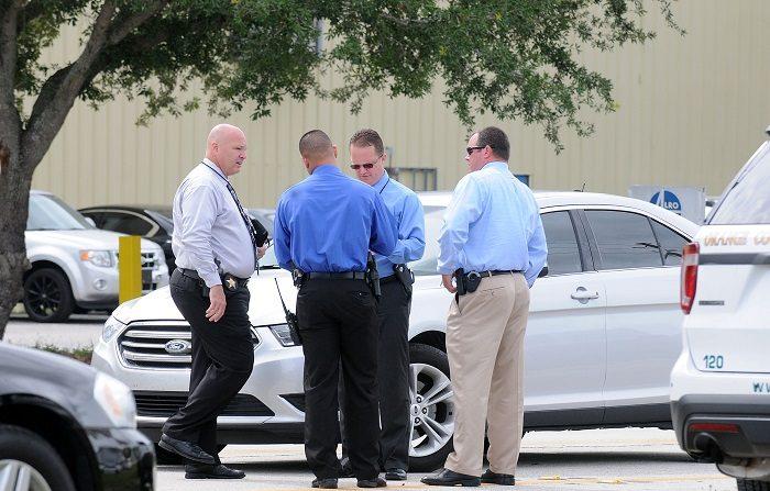Muere hombre atrincherado en ciudad del noroeste de Florida Las fuerzas policiales que rodeaban un edificio de Panama City donde estaba atrincherado un hombre armado lo encontraron muerto cuando finalmente entraron a su apartamento, informaron hoy medios de esa ciudad del noroeste de Florida. EFE/Archivo