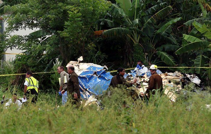 Policías y militares custodian los restos del avión Boeing-737 que se estrelló el 18 de mayo de 2018, poco después de despegar del aeropuerto José Martí de La Habana (Cuba). EFE