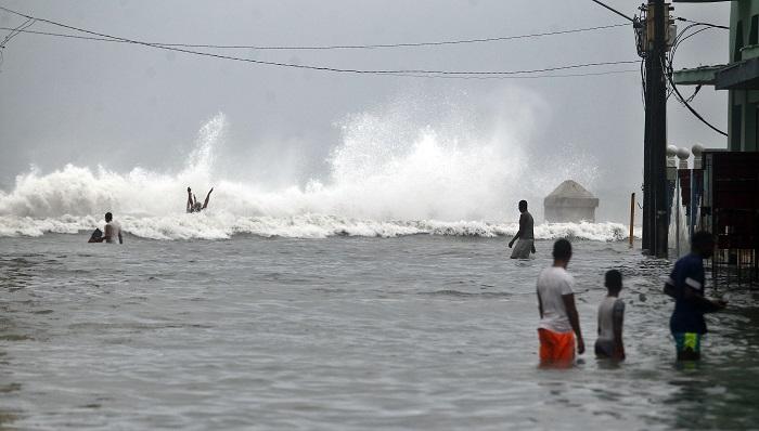 La tormenta subtropical Alberto se mueve cerca del oeste de Cuba Varias personas caminan dentro del agua en una zona del Malecón habanero en La Habana, Cuba. EFE/Archivo