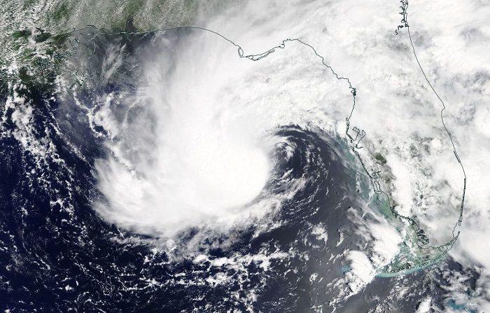 Una foto distribuida por la NASA Worldview el 27 de mayo de 2018 por el Centro Nacional de Huracanes de los Estados Unidos (NHC) muestra la vista de un satélite EOSDIS de la tormenta subtropical Alberto al suroeste de la Florida. EFE/EPA/NASA WORLDVIEW / FOLLETO FOLLETO USO EDITORIAL SOLAMENTE