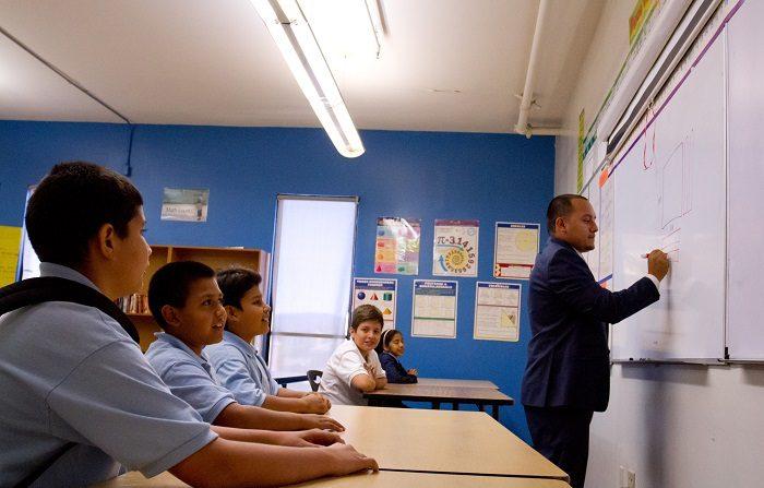 Arizona importa maestros extranjeros debido a bajos salarios Los distritos escolares de Arizona se han visto en la necesidad de reclutar maestros extranjeros para poder cubrir el déficit existente en el estado, uno de los que menos paga a los educadores. EFE/Archivo