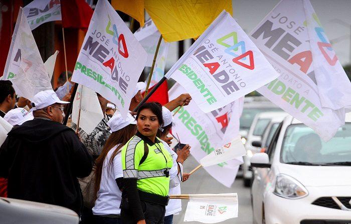 Por cada peso mexicano de gasto oficial en campaña hay 15 pesos ilegales Simpatizantes de un candidato a la Presidencia de México, lo apoyan con banderas y pancartas. EFE/Archivo