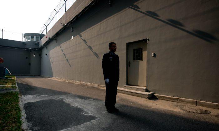 Un guardia en un patio dentro del Centro de Detención No.1 en Beijing el 25 de octubre de 2012. (Ed Jones/AFP/Getty Images)