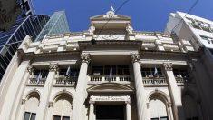 Argentina sube tasa de interés 300 puntos, pero no logra frenar caída del peso