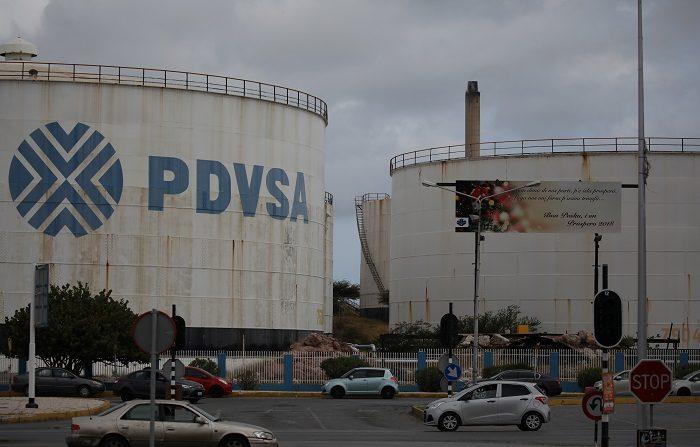 Logo de firma petrolera PDVSA en un tanque de la refinería Isla en Willemstad, en Curazao. 22 de abril de 2018. REUTERS/Andres Martinez Casares
