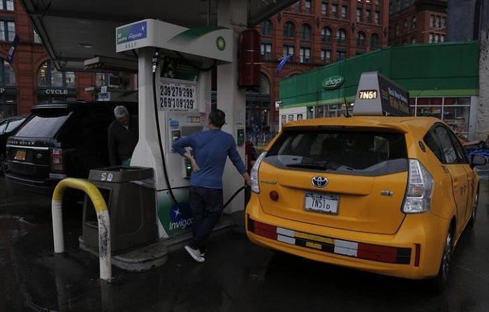 Gasto de consumidor EEUU repunta en abril, pero es limitado por precios de la gasolina