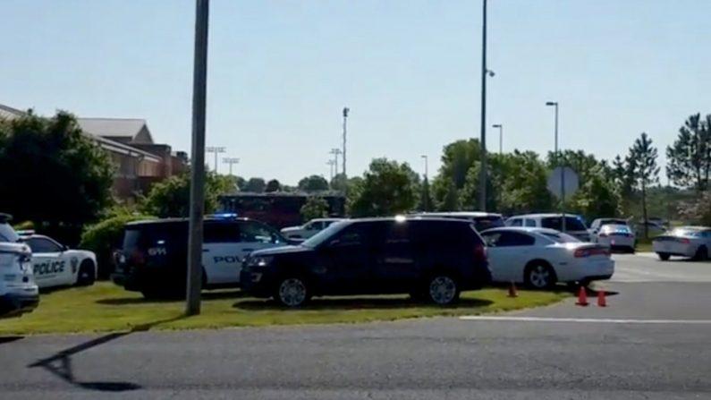 Policías rodean la escuela Noblesville West en Noblesville, Indiana, EEUU, 25 de mayo de 2018, en esta imagen obtenida de un video publicado en redes sociales. CORTESÍA DE CHRISTOPHER REILY/vía REUTERS