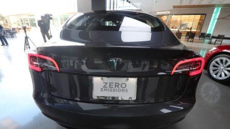 """Un Tesla en modo """"Autopilot"""" choca contra vehículo policial estacionado"""