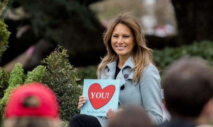 La primera dama Melania Trump lee un libro infantil en el 'Easter Egg Roll' anual en el Jardín Sur de la Casa Blanca, el 2 de abril de 2018. (Samira Bouaou/La Gran Época)