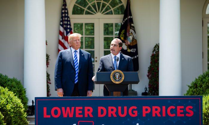 El presidente Donald Trump (izq.), y el secretario de Salud y Servicios Humanos, Alex Azar, hacen declaraciones sobre la reducción de los precios de los medicamentos en el Jardín de Rosas de la Casa Blanca, en Washington, el 11 de mayo de 2018. (Samira Bouaou/La Gran Época)