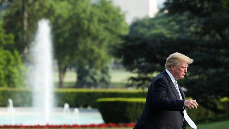 """El presidente Donald Trump regresa a la Casa Blanca, en Washington, el 15 de mayo de 2018, desde el Centro Médico Militar Nacional 'Walter Reed', después de visitar a la primera dama Melania Trump, quien se sometió a una cirugía en lo que los asistentes llamaron una afección renal """"benigna"""". (Samira Bouaou/La Gran Época)"""