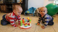 Una canción familiar inicia a sonar, estos gemelos de inmediato comienzan a bailar