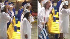 Quedan confundidos cuando invitado hace el juramento a la bandera, luego una chica sale corriendo