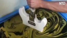 Sumerge una guitarra en un balde de agua extraña, ¡cuando la saca, luce increíble!