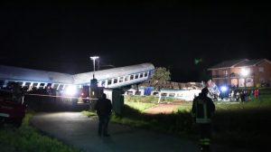 Italia: dos muertos y 20 heridos en violento choque de tren con un camión