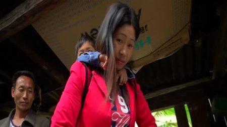 Los aldeanos en el sudoeste de China arriesgan la vida al cruzar ríos en tirolesas