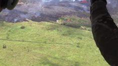 Desde el aire examinan la lava del volcán Kilauea salpicando un sector poblado de Hawái