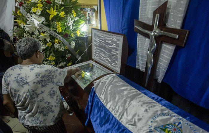 Una mujer toca hoy, 11 de mayo de 2018, el ataúd del joven Jimmy Parajón que falleció en un enfrentamiento la noche de ayer, durante una protesta contra el gobierno de Daniel Ortega en Managua (Nicaragua). EFE/Jorge Torres