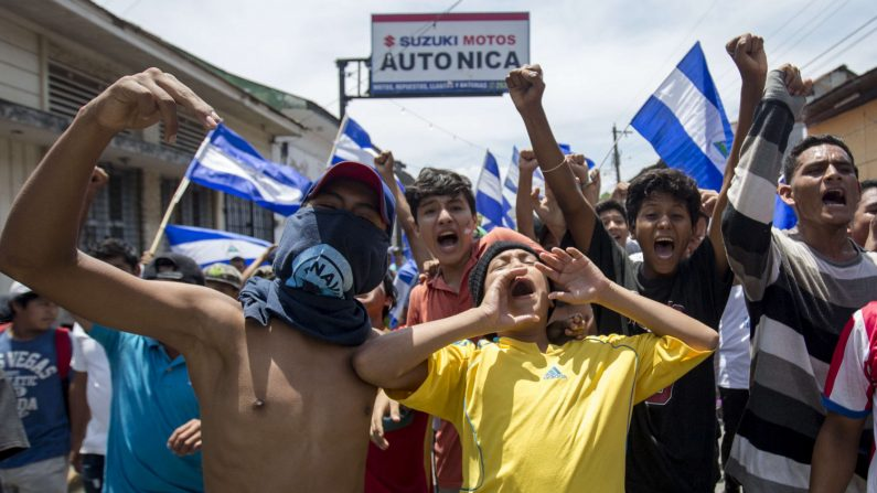 (NICARAGUA), 13/05/2018.- Varios jóvenes participan en una caravana, hoy, domingo 13 de mayo de 2018, en la ciudad de Masaya (Nicaragua). Centenares de personas a bordo de autos, motos, camionetas y furgonetas marcharon hoy desde Managua hacia el departamento de Masaya para apoyar a los manifestantes de esa ciudad que sufrieron los ataques de agentes antidisturbios y fuerzas sandinistas. EFE/Jorge Torres