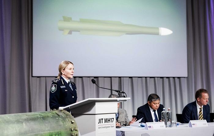 """Jennifer Hurst, miembro del Equipo de Investigación Conjunto (JIT), da una rueda de prensa sobre la investigación del accidente del avión Malaysia Airlines en Bunnik (Holanda) hoy, 24 de mayo de 2018. El misil que derribó el avión de Malaysia Airlines, en el este de Ucrania en 2014, fue lanzado por una """"brigada del Ejército de la Federación de Rusia"""", confirmó hoy Wilbert Paulissen, jefe del equipo de investigadores holandeses. EFE/ Robin Van Lonkhuijsen"""