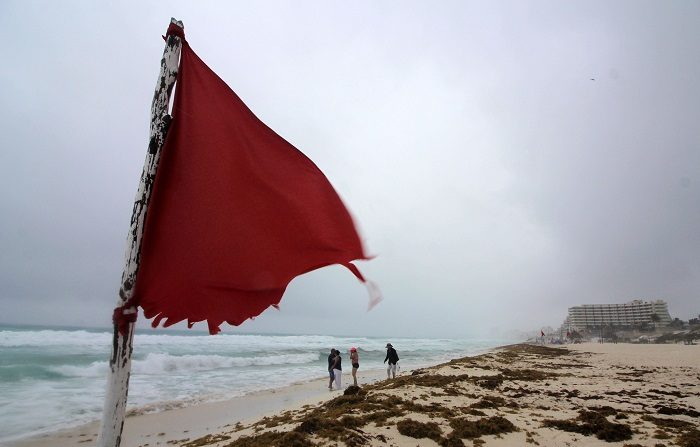"""La tormenta subtropical Alberto, la primera de la temporada de huracanes en el Atlántico, permanece estacionaria al noroeste del Caribe y se espera que """"pase esta noche cerca"""" de la costa este de la Península de Yucatán (México), informó el Centro Nacional de Huracanes (NHC) de EE.UU. EFE/Alonso Cupul"""