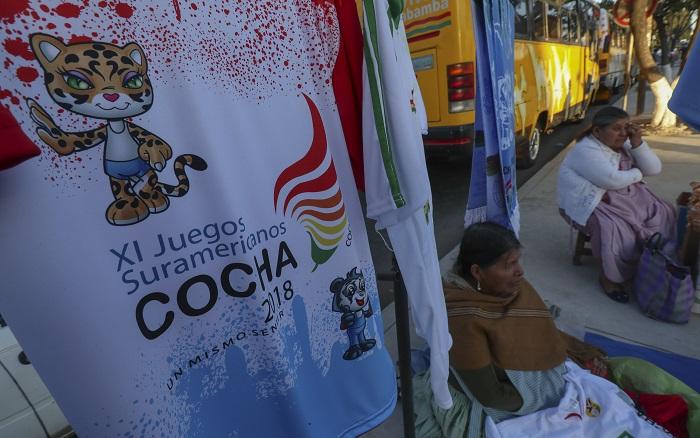 Una mujer indígena boliviana vende artículos deportivos, 25 de mayo de 2018, antes de la inauguración de los Juegos Suramericanos 2018, en Cochabamba (Bolivia). EFE/Martin Alipaz