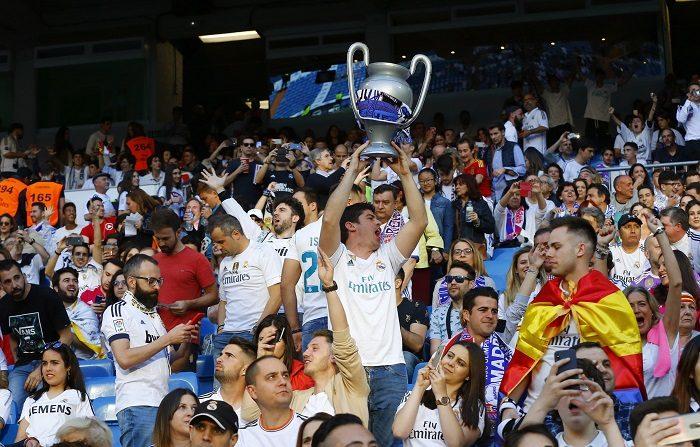 Aficionados siguen a través de pantallas gigantes la final de la Liga de Campeones entre el Real Madrid y el Liverpool esta tarde en las gradas del estadio Santiago Bernabéu. EFE/ J.P.Gandul