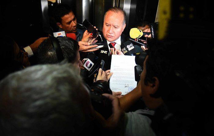 Horacio Cartes presentó hoy su renuncia como presidente de Paraguay con miras a asumir como senador el 1 de julio, tras ganar un escaño en las elecciones del 22 de abril, de manera de no caer en la duplicidad de funciones. EFE/Andrés Cristaldo