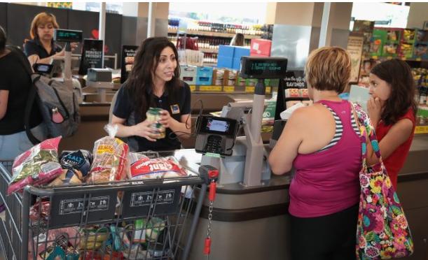 Clientes compran en una tienda de abarrotes en Chicago, el 12 de junio de 2017. (Scott Olson / Getty Images)