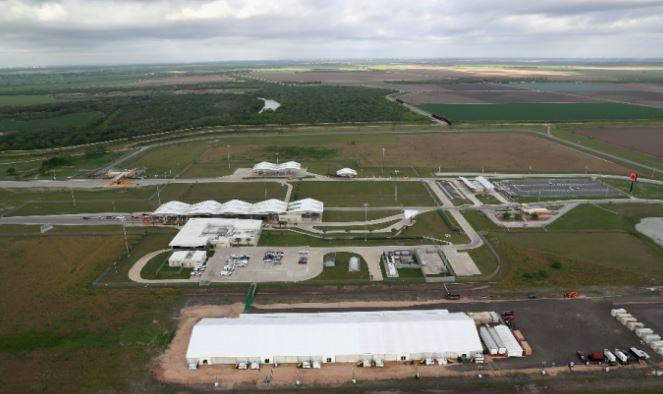 Centro de detención de inmigrantes ilegales de la Aduana y Protección de Fronteras se encuentra en el borde entre México y EE. UU. , en Donna, Texas, el 15 de marzo de 2017. (John Moore / Getty Images)