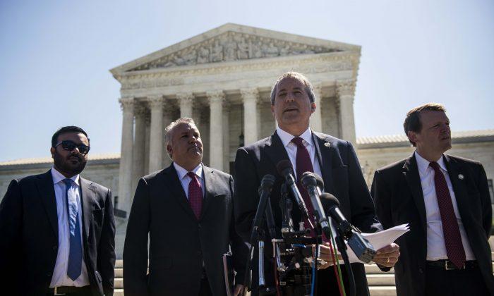 El Fiscal General de Texas Ken Paxton en el Tribunal Supremo en Capitol Hill en Washington, DC el 9 de junio de 2016. (Gabriella Demczuk / Getty Images)