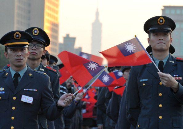Ceremonia de izamiento de bandera en la Plaza de la Oficina Presidencial en Taipei, Taiwán, el 1 de enero de 2014. (Mandy Cheng/AFP/Getty Images)