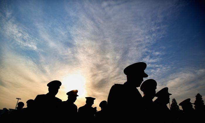 Delegados militares chinos a punto de entrar en el Gran Salón del Pueblo en Beijing, China, el 12 de marzo de 2015. (Feng Li/Getty Images)