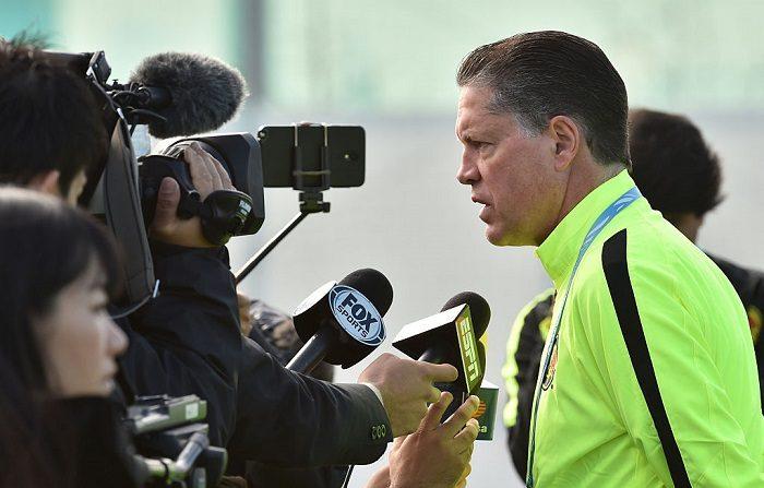 Ricardo Peláez que  asumió el miércoles como director deportivo del Cruz Azul, habla con los periodistas durante una sesión matutina de entrenamiento. AFP PHOTO / KAZUHIRO NOGI / AFP / KAZUHIRO NOGI (En la foto debe verse KAZUHIRO NOGI/AFP/Getty Images)