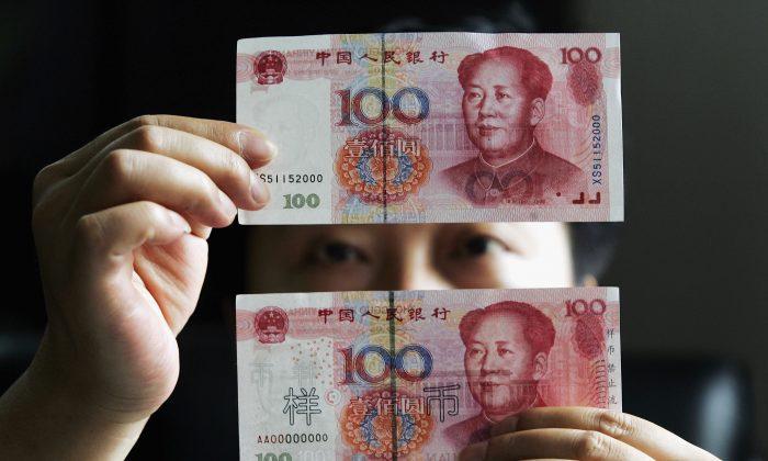 Billetes de 100 yuan en un banco en Shanghai, China, 31 de agosto de 2005. (Fotos de China/Getty Images)