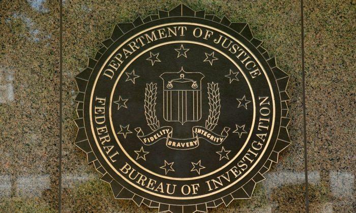 El emblema del FBI se ve afuera del edificio de la sede central en Washington, el 5 de julio de 2016. (YURI GRIPAS/AFP/Getty Images)