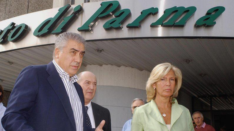 Lorenzo Sanz (izq.), expresidente del Real Madrid, llega al aeropuerto de Parma, junto a una mujer no identificada. AFP PHOTO/ Nico CASAMASSIMA (El crédito de la foto debe leer NICO CASAMASSIMA/AFP/Getty Images)