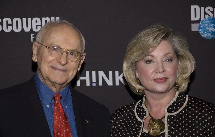 El astronauta Alan Bean y Leslie Bean asisten al estreno de una película en el Museo de Historia Natural de la ciudad de Nueva York. (Foto de Steven A. Henry/Getty Images)