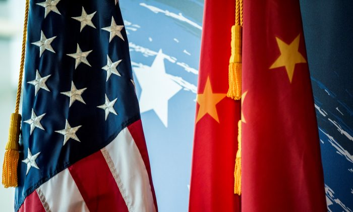 Las banderas nacionales de Estados Unidos y la República Popular China se muestran durante un evento promocional en Beijing, China, el 30 de junio de 2017. (Fred Dufour/AFP/Getty Images)