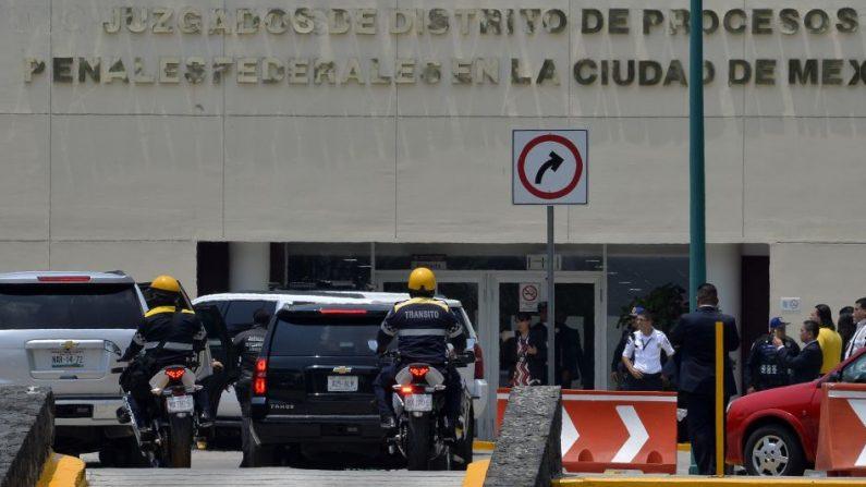 Un convoy fuertemente custodiado transporta al exgobernador de Veracruz Javier Duarte a su llegada a la Ciudad de México. FOTOGRAFÍA DE AFP / PEDRO PARDO. (El crédito de la foto debe leer PEDRO PARDO/AFP/Getty Images)
