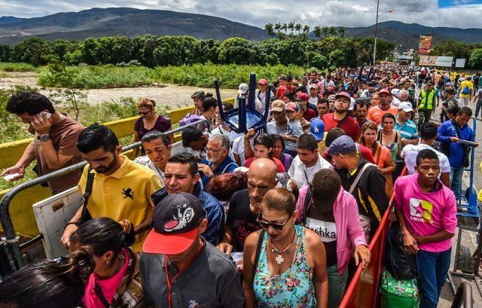 Ciudadanos venezolanos ingresan por Cúcuta (Colombia), desde San Antonio del Táchira, Venezuela, por el puente internacional Simón Bolívar. (LUIS ACOSTA/AFP/Getty Images)
