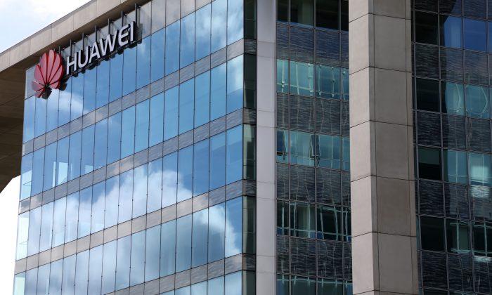 Una fotografía del 4 de septiembre de 2017, en Boulogne-Billancourt, una ciudad cercana a París, muestra las oficinas centrales de Hewlett-Packard (HP) y la compañía multinacional china de equipos y servicios de redes y telecomunicaciones, Huawei. (Ludovic Marin/AFP/Getty Images)