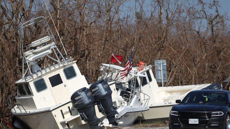 Los barcos son vistos a lo largo de la carretera de ultramar después de que fueron depositados allí por el huracán en Big Pine Key, Florida. El proceso de reconstrucción ha comenzado cuando el 25 por ciento de todas las casas en los Cayos de la Florida fueron destruidas y el 65 por ciento sufrió daños mayores cuando sufrieron un impacto directo del Huracán. (Foto de Joe Raedle/Getty Images)