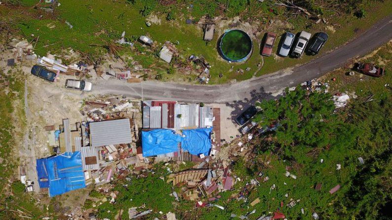 Una casa destruida por los vientos huracanados se ve en Corozal, al oeste de San Juan, Puerto Rico, el 20 de octubre de 2017, un mes después del paso del huracán María. FOTOGRAFÍA AFP / Ricardo ARDUENGO (El crédito de la foto debe leer RICARDO ARDUENGO/AFP/Getty Images)